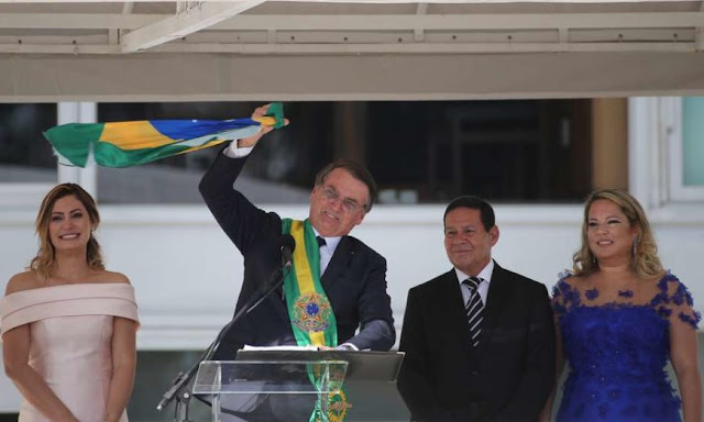 Essa é nossa bandeira e jamais será vermelha, diz Bolsonaro