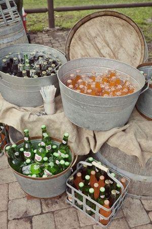 Crea un rincón con bebidas como cervezas y refrescos para vuestros invitados de boda