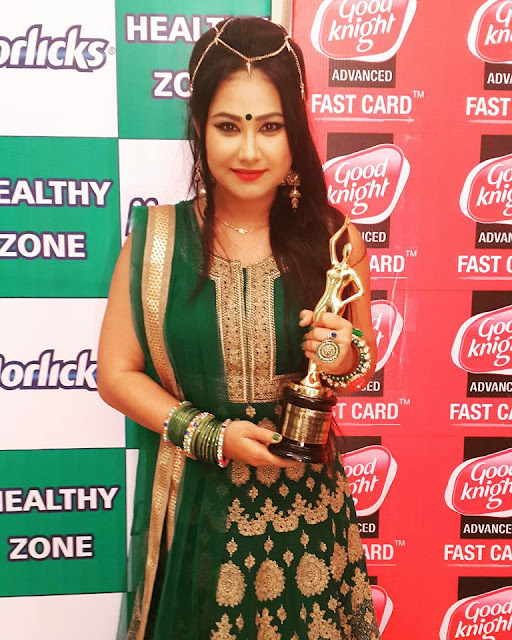 Priyanka Pandit with Trophy at Bhojpuri Film Awards 2015
