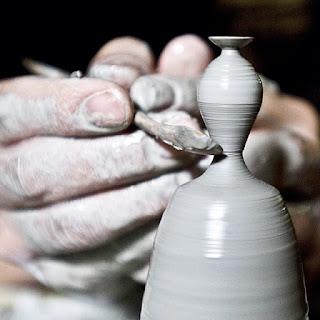 Pieza de ceramica o alfarería miniatura hecha a mano
