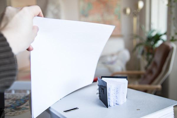 Varjon avaaminen valkoisella paperilla