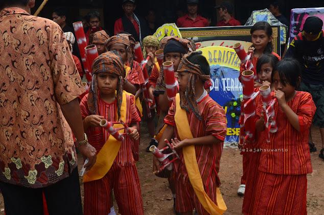 Sendratasik untuk menghibur para tamu dalam rangkaian Upacara Rambu Solok Tana Toraja || jelajahsuwanto