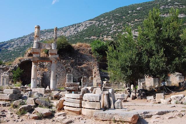 voici le monument qui a donné son nom à la place : le temple de Domitien