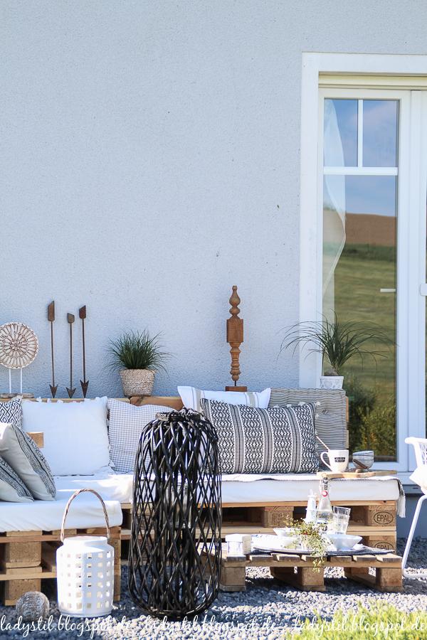 Palettenlounge selberbauen, Dekoideen für Terrasse und Garten,Palettenlounge in Schwarz Weiß Holz Deko