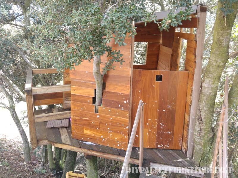 Una casita en el rbol con palets - Casitas con palets ...