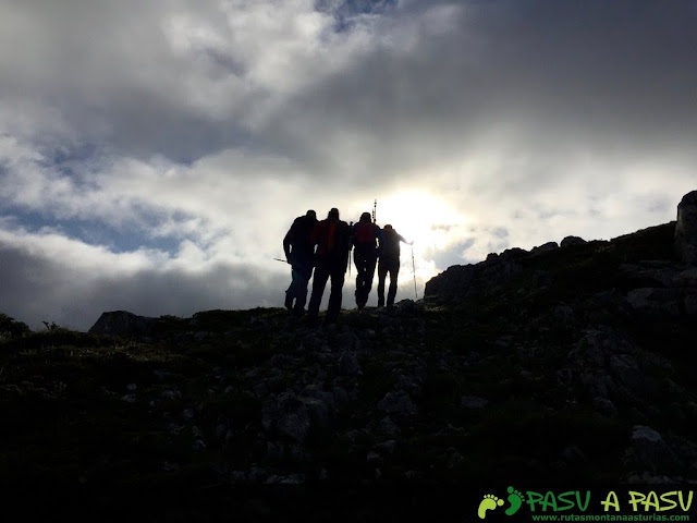 Superando los últimos metros del Alto de la Sierra