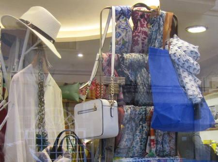 Fulares, bolsos y sombreros, en el escaparate de VYP.