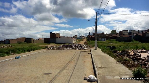População reclama de obra parada e avenida interditada há vários meses em Santa Cruz