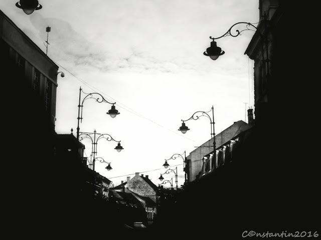 Prin conversie în alb/negru am pus în evidentã forma lãmpilor si dispunerea lor - blog Foto-Ideea