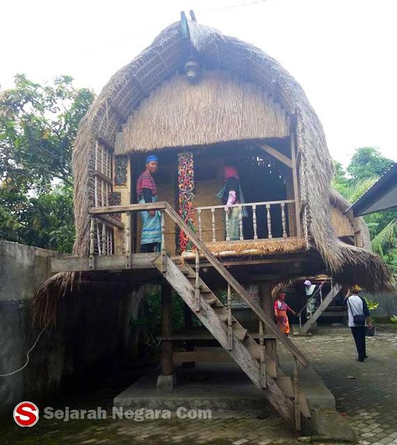 Foto Rumah adat Jonggat NTB