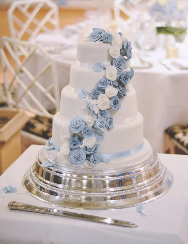Blue and white roses wedding cake