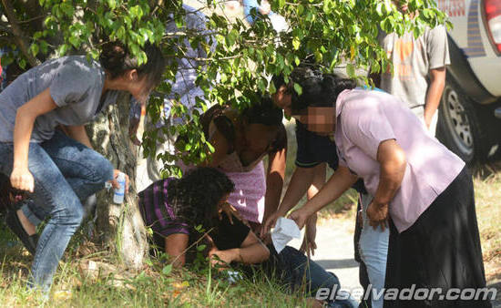 Mujeres ayudan a pastor asesinado por predicar
