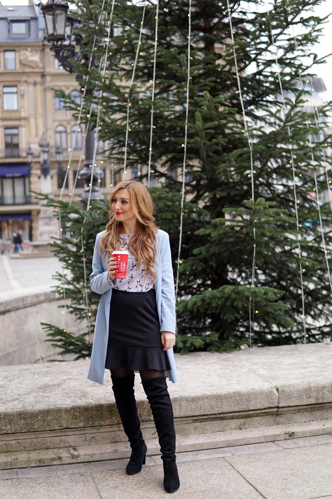 blauer-Mantel-schwarzer-ausgestellter-rock-blaue-bluse-bluse-mit-blumenprint-Overknees-Overknee-stiefel-stuart-weitzman-femininer-look-fashionblogger-bloggeraus-deutschland-deutsche-fashionblogger-fashionstylebyjohanna