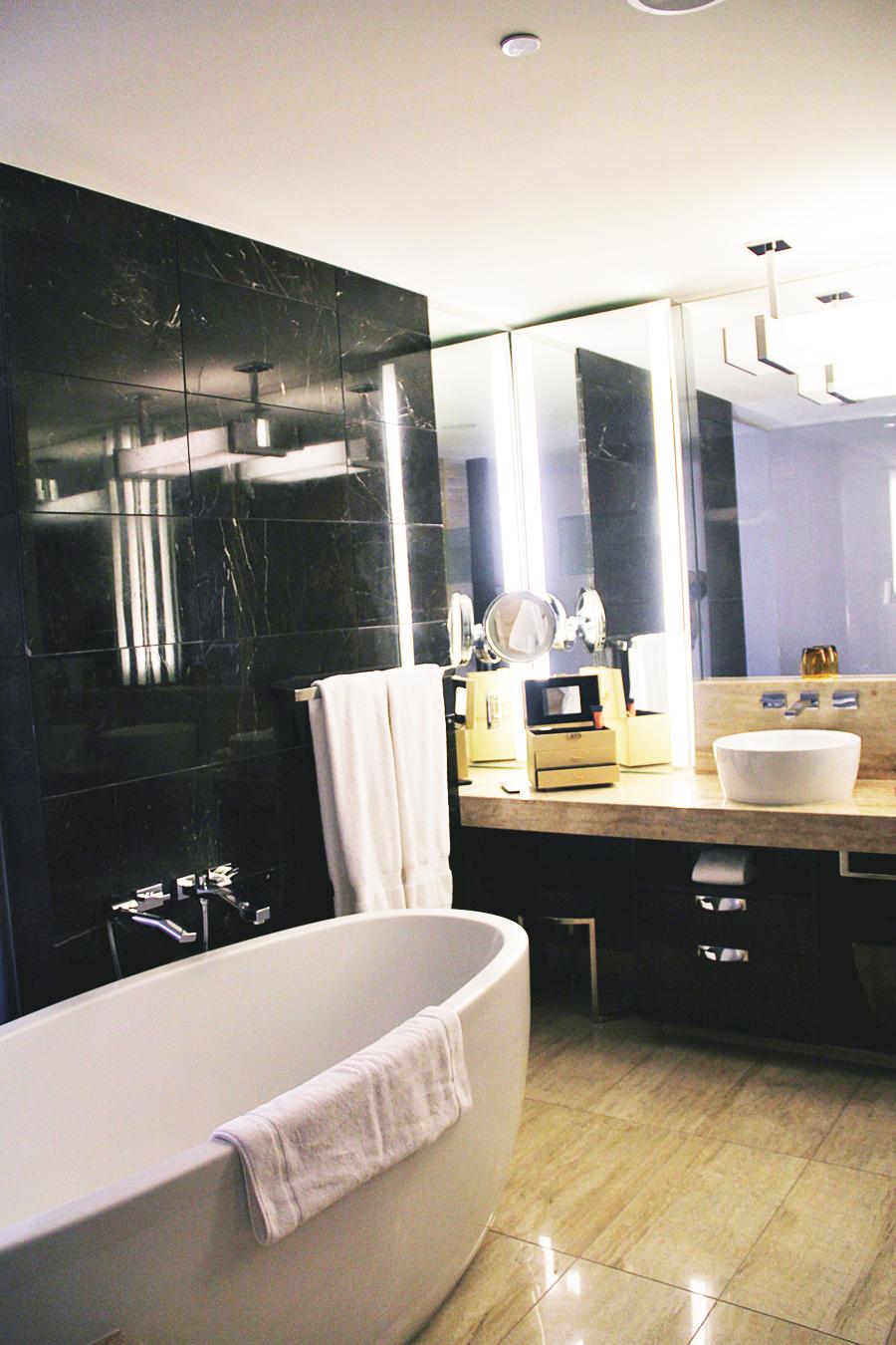 bathtub bathroom hotel las vegas 5 star