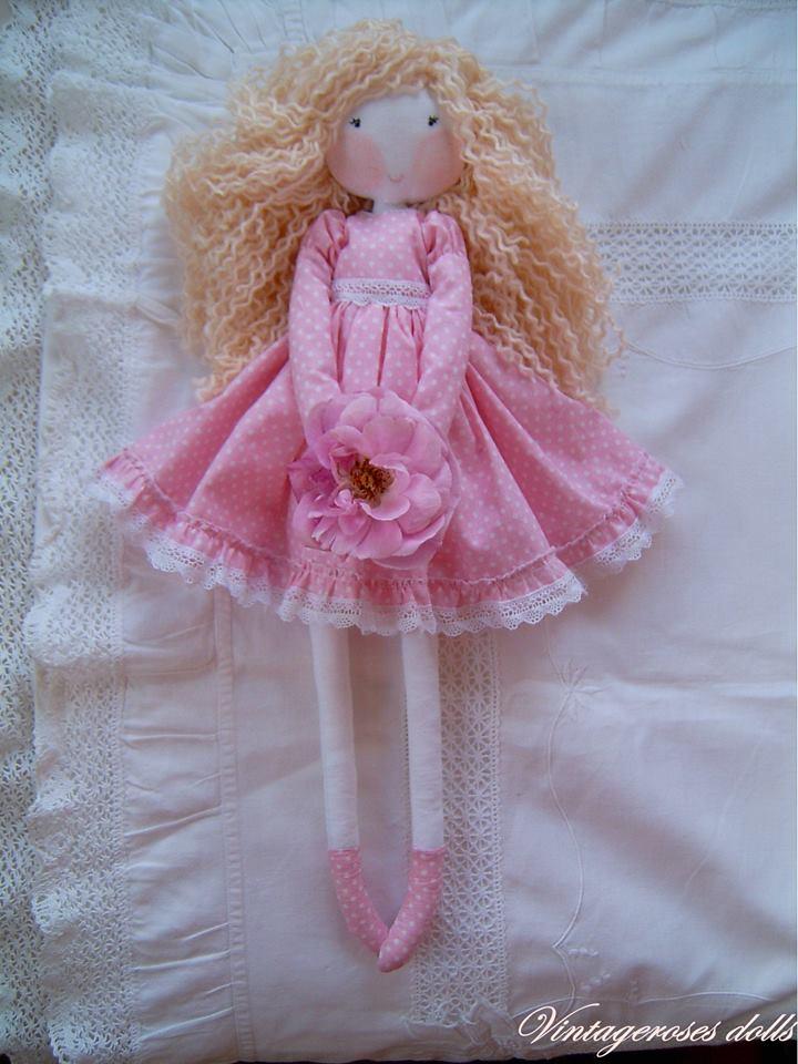 2db522e70c Rózsaszín alapon apró fehér pöttyös ruhás baba.A ruha alján fodor található  , csipkével. Lábán a ruha anyagából csizma van. Szőke göndör haja  gyapjú-akril ...