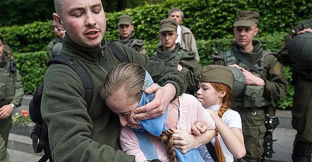 Млади нациста, који се на друштвеним мрежама представља и као немачки генерал Ромел рекао је новинарима да не жели да види у Кијеву никога са георгијевском лентом, симболом руске агресије и да ће га зато кидати и палити.