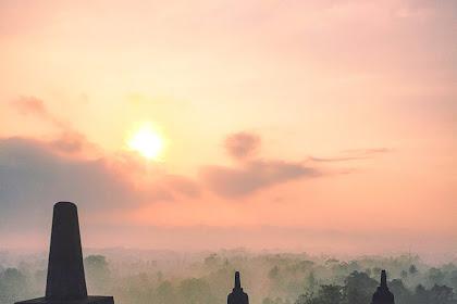 Berburu Sunrise Berkabut dari Atas Candi Borobudur
