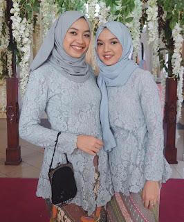 Model kebaya broklat biru tua muslim dengan rok batik parang kecil