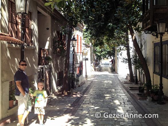 tarihi evli, arnavut kaldırımlı sokakta baba oğul, Dario Moreno sok Asansör İzmir