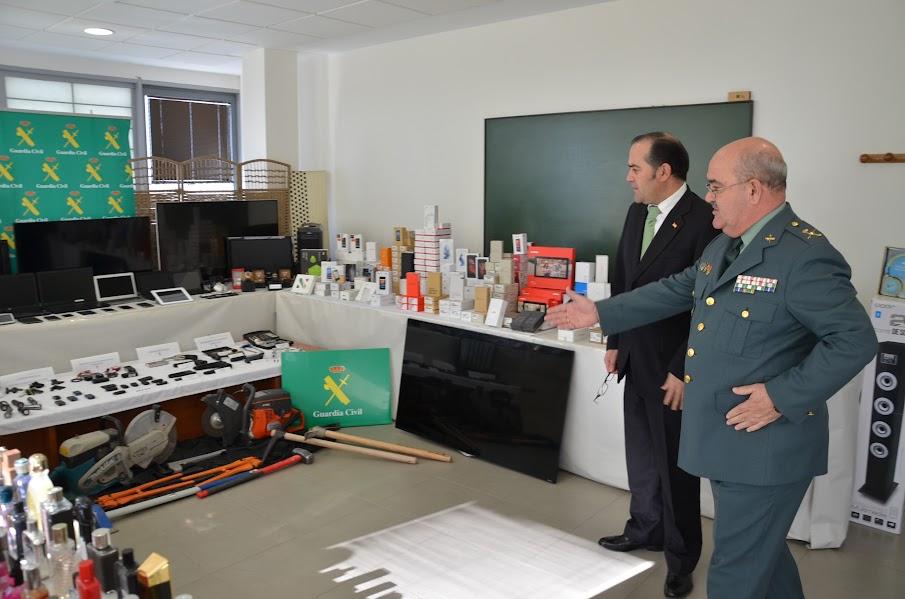 Delegado del Gobierno de C l M, José Julián San Gregorio y el General de Brigada, Alfredo González Ruiz  muestran  parte de los objetos y armas incautadas