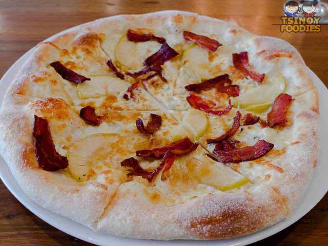 caramelized apple bacon pizza