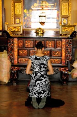[Praying+Buddhist+Temple+Malacca.JPG]