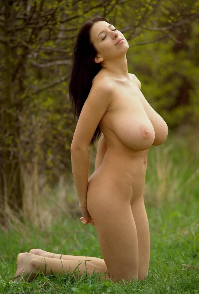 Фото на природе женщин в голом виде