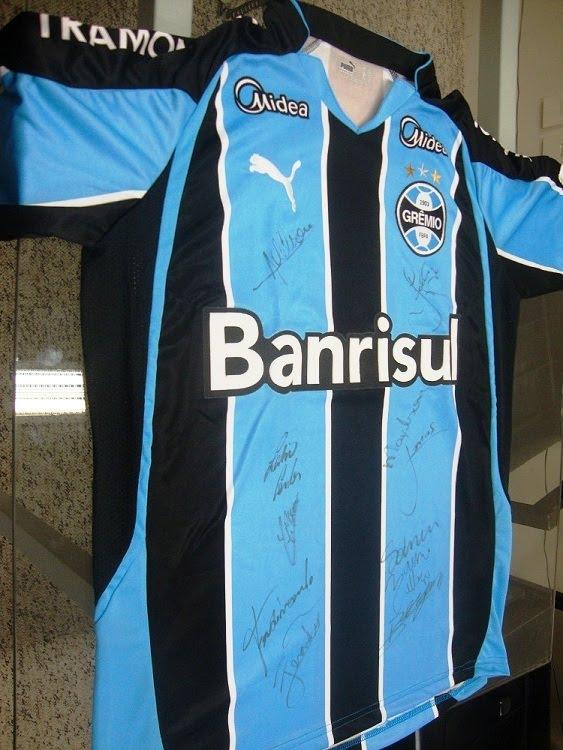 Quer ganhar uma CAMISA OFICIAL AUTOGRAFADA por todos os jogadores do Grêmio  e ainda ajudar ao nosso amigo Osório a ter uma cadeira de rodas adequada e  que ... 143eb255435f7