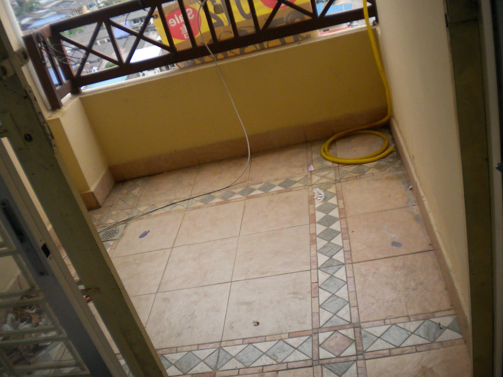 Ruang Balkoni Yang Luas 6x6 Kaki Gi Telah Dipasangkan Jubin Lantai Asal Adalah