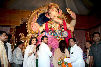 Shamita Shetty & Shilpa Shetty at the mumbai lalbaug ganesh darshan photo