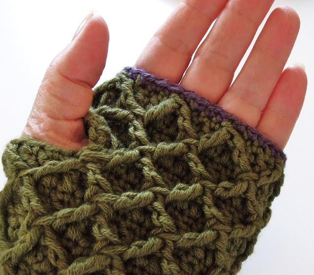 how to crochet, crochet patterns, waffle stitch, honeycomb, lattice, mittens, scarf,