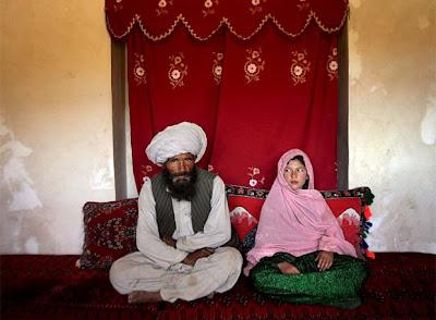 Muchas veces los esposos le doblan la edad a las novias/niñas. Se les considera en edad casamentera a partir de su primer periodo (desde los 11 años aprox). Las niñas no pueden decir que no