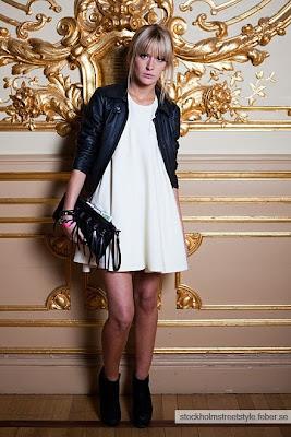 Queda bien un vestido blanco con medias negras