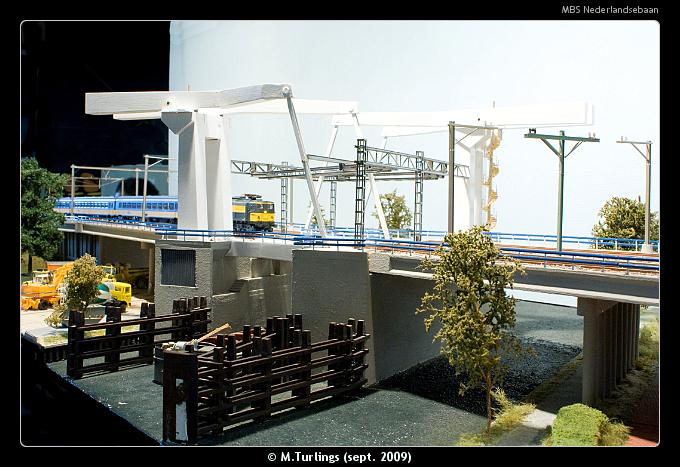 Een personentrein getrokken door een NS 1500 rijdt over de Delfshavense Schiebruggen.