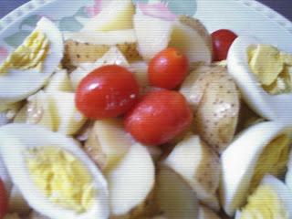 Papa, huevos y tomates cherry