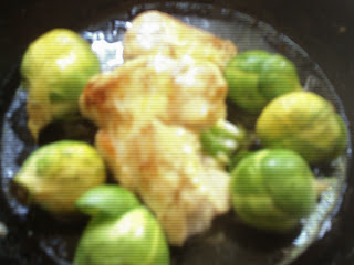 Pechugas de pollo rellenas con guarnición de repollitos de bruselas