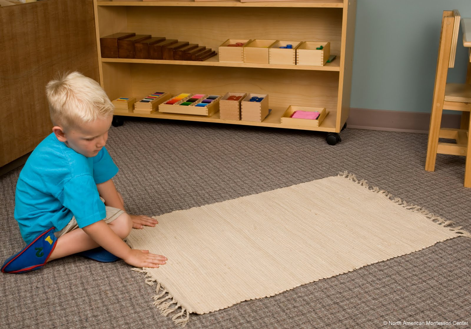 The importance of the work mat in the montessori prepared for Parquet mat ou satine