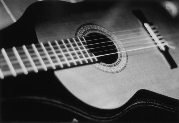 Main gitar akustik