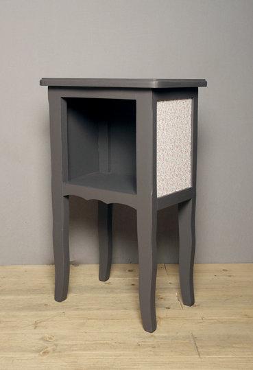 gallery of chevet ancien repeint en gris fusain les panneaux de chaque ct sont dcors de joli. Black Bedroom Furniture Sets. Home Design Ideas