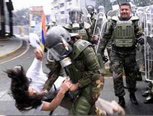 La Guardia de Chavez golpea brutalmente a la disidente Elinor Montes