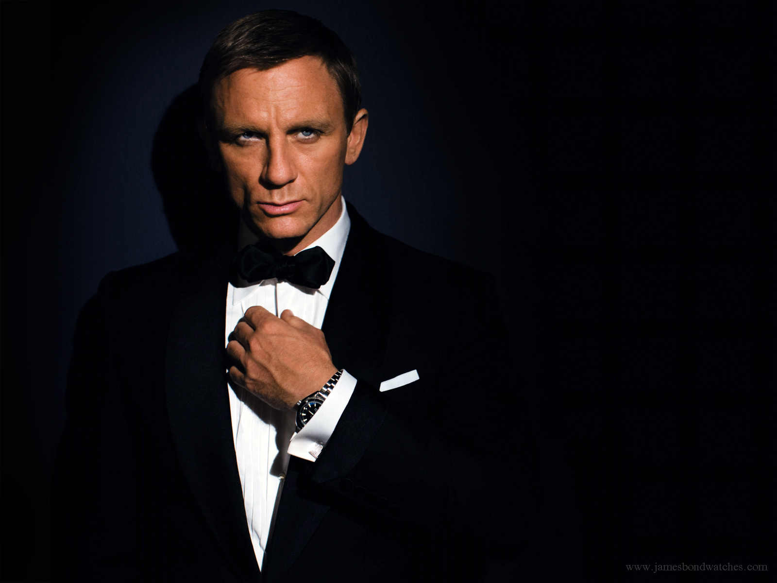 http://4.bp.blogspot.com/_2n9G8hS3AbI/TUyoDk3AwQI/AAAAAAAACIw/DL4pS6bS-QI/s1600/James+Bond+New+Wallpaper.jpg