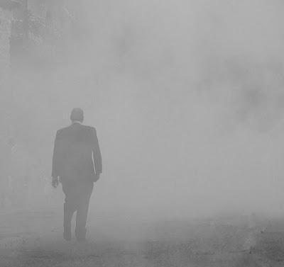 Resultat d'imatges de hombre en la niebla