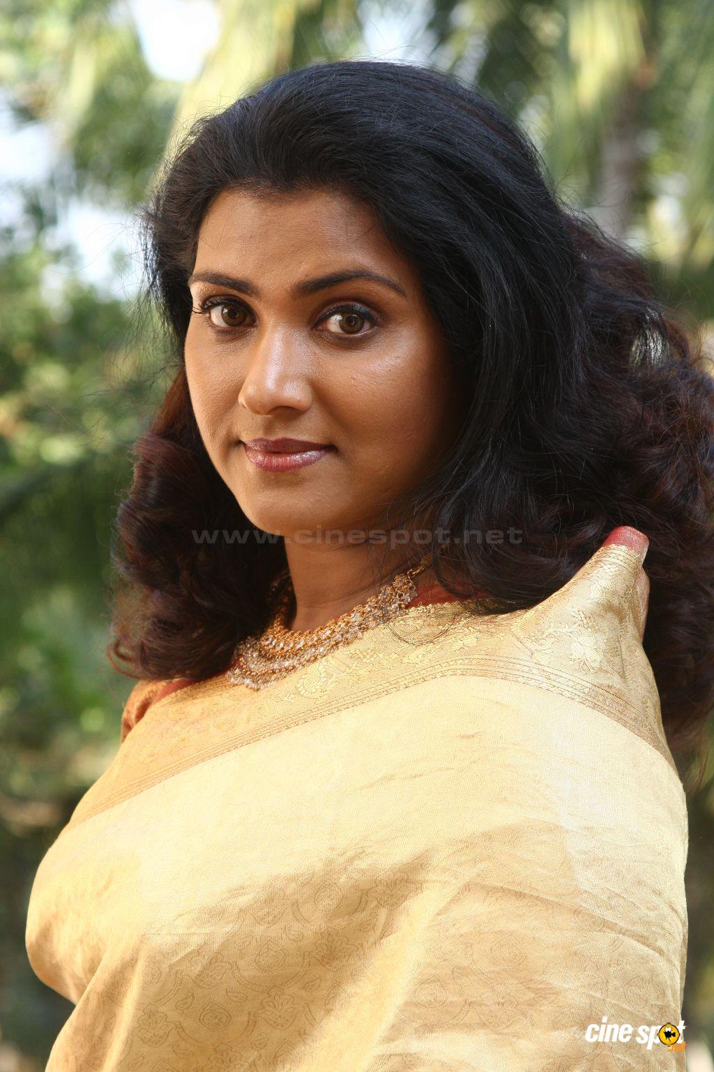 Vani Viswanath Malayalam Actress New Saree Pictures