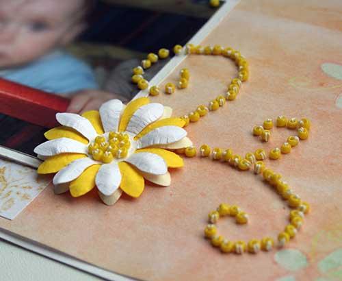 Довольно часто мы видим на скрап страницах объемные цветы из бумаги.