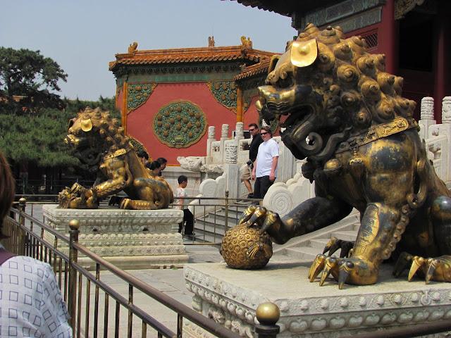 Resultado de imagem para Leões nas portas na china