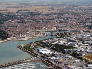photo aérienne tours médiévales du port de La Rochelle