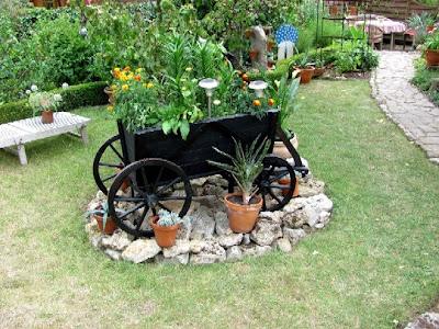 gartenarbeit ideen ein alter handwagen als dekoration f r den garten. Black Bedroom Furniture Sets. Home Design Ideas