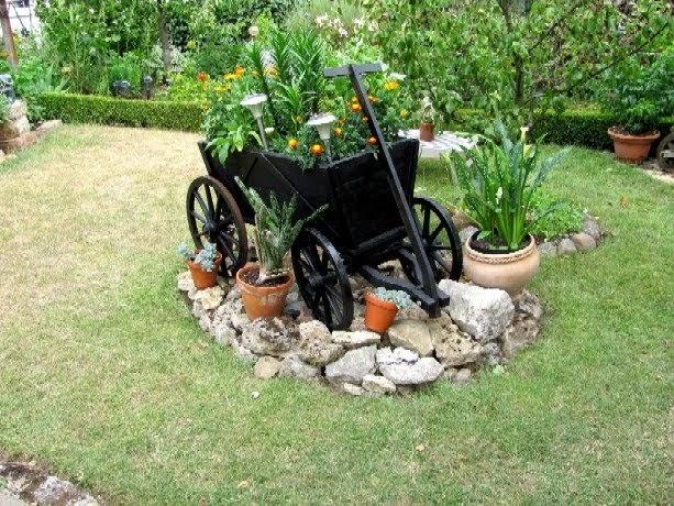 garten anders ein alter handwagen als dekoration f r den garten. Black Bedroom Furniture Sets. Home Design Ideas