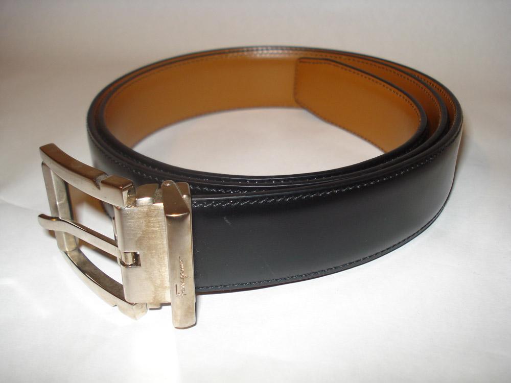 bf9851e732227 Esse cinto de couro Salvatore Ferragamo é o único cinto que você precisa  ter na vida. Ele é reversível (pode ser preto ou marrom). É para situações  chiques ...