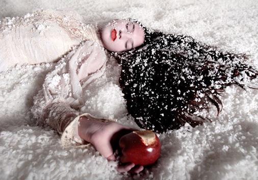 Todo mundo conheçe a Branca de Neve,uma garota bonita que sua ...
